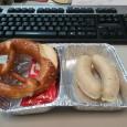 … gibt es das besondere Frühstück 🙂 Für mich als geborenen Bayer (Traunstein) ist es immer ein Highlight zum Wochenende. Es gibt Weißwürste in unserer Kantine. Und das sieht dann so aus: Errinnert mich dann immer an meine jungen Jahre in Bayern, da gabs die fast täglich 🙂