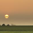 Heute war es mal wieder so weit. Ich habe meine Kamera NICHT vergessen und konnte diesen Sonnenaufgang fotografieren. Allerdings hatte ich wenig Zeit und deshalb auch keine Chance ein Stativ aufzubauen, Einstellungen zu korrigieren usw. Schade, sonst wär sicher mehr daraus geworden. Zur Zeit gibt es wirklich tolle Sonnenaufgänge, ich probiers einfach nochmal …. morgen.