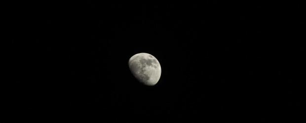 Heute hab ich mal wieder versucht den Mond zu fotografieren, er ist ja im Moment so nah wie die letzten 18 Jahre nicht. Also Stativ aufgebaut, meine 580er mit dem Sigma 28-300 draufgeschnallt, Fernauslöser und Steady Shot aus. Das beste Bild von ca. 30 Stück ist dieses hier bei einer Blende F9, 1/250, ISO 400 und SPOT-Messung ist das schon […]